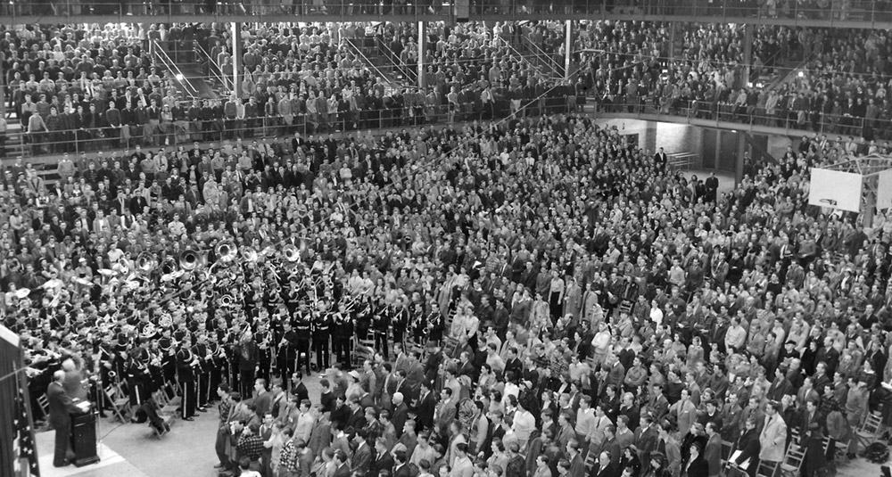 A capacity crowd of students, faculty, and community members gathered inside the Field House on December 12, 1941. UW Archives S07306.
