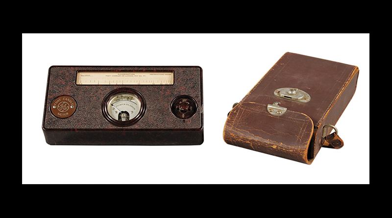 An old photography light meter and its leather carrying case.